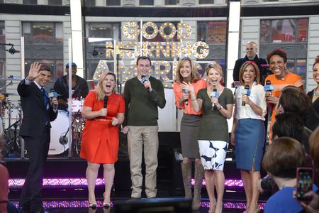 GEORGE STEPHANOPOULOS, KELLY CLARKSON, ROSS EICHENHOLZ (GMA STAFF AND FAN), LARA SPENCER, AMY ROBACH, GINGER ZEE, ROBIN ROBERTS