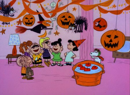THE PEANUTS GANG CELEBRATE THE HOLIDAY AT THE HALLOWEEN PARTY
